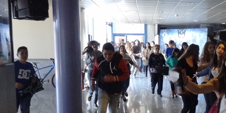Un grupo de jovenes, en el vestíbulo de los cines