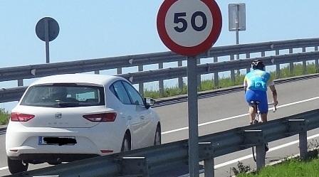 Una señal indica que el límete está en 50 km/h