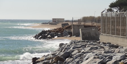 En las inmediaciones de la desembocadura del río Tordera la playa casi ha desaparecido / Foto: JFG