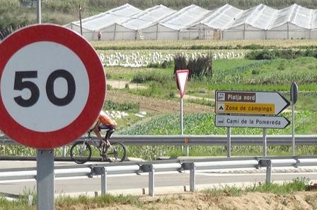 Un ciclista, en el Camí de la Pomareda