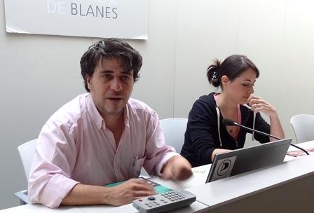 Carlos Salgado y Natalia Romero, ayer en Biblioteca Comarcal / Foto: JFG
