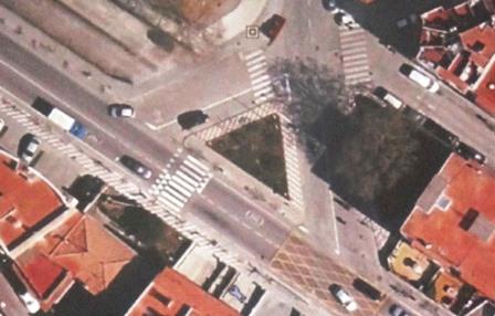 La asociación de vecinos reclama que la isleta triangular se transforme en rotonda / Foto: JFG