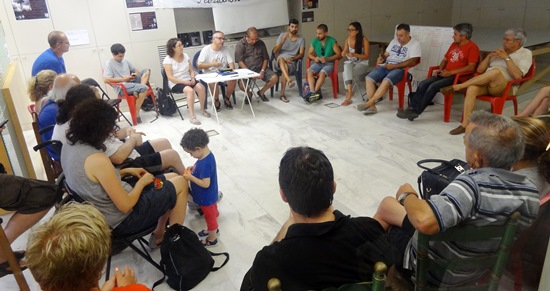 Asistentes a la reunión de Podemos Blanes, ayer en el Ateneu Popular Sa Fera Ferotge / Foto: JFG