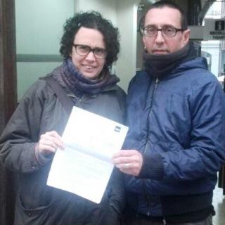 Representants de CUP Blanes, a l'entrada de l'Ajuntament amb l'escrit d'al·legacions