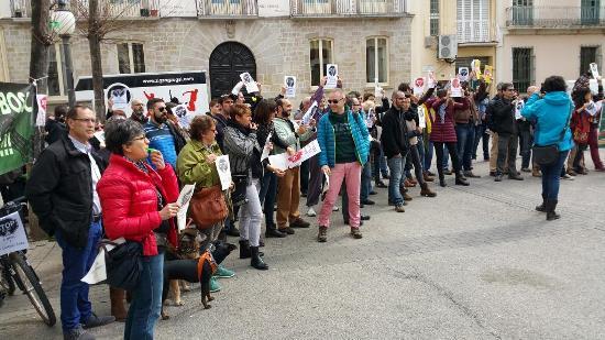 Un grup de persones van escridassar ahir a Blanes al conseller de Territori i Sostenibilitat Santi Vila
