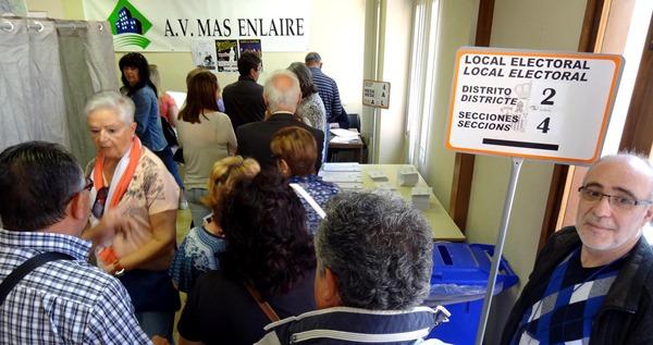 Votantes en el colegio electoral de Mas Enlaire / JFG