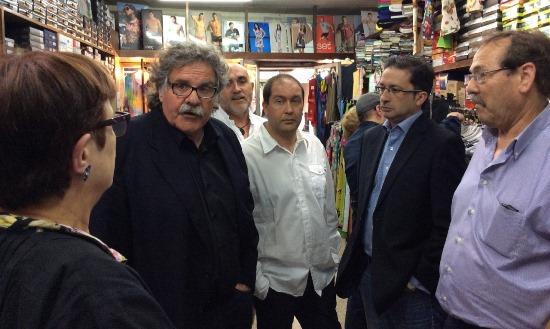 Joan Tardà conversa amb la propietària d'un comerç