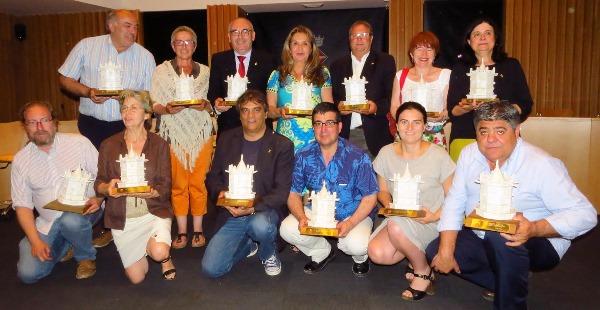 Els regidors que pleguen, amb la reproducció de la Fon Gòtica / Ajuntament de Blanes
