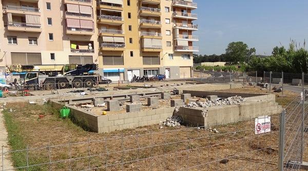 Escombros tras la retirada de los barracones / JFG