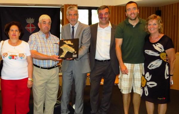 Els presentants de la pirotecnia de Granada han rebut aquesta setmana el trofeu corresponent a l'espectacle de 2014 / Ajuntament de Blanes