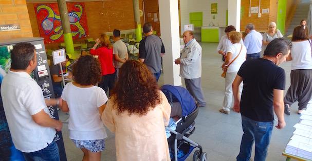 Un momento de las votaciones, ayer en el Colegio Quatre Vents / JFG