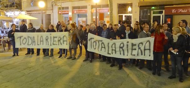 Protesta de los vecinos afectados, ayer delante del Ayuntamiento / JFG