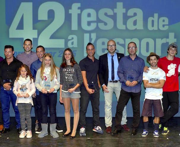 L'alcalde jaume Dulsat amb esportistes destacats de la vila