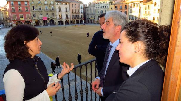 Anna Erra, Miquel Lupiáñez i la regidora Meritxell Salarich, al balcó de l'Ajuntament de Vic
