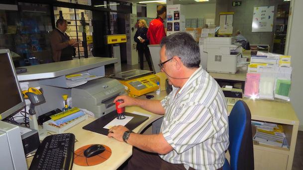 Correos estrena un mata segells tur stic a l oficina de for Oficina de treball blanes