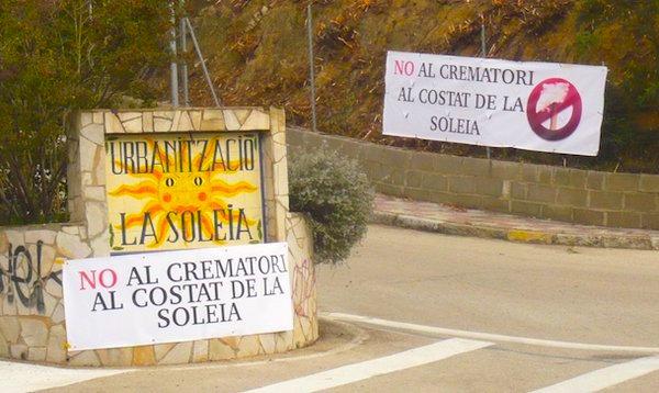 Cartells constraris al projecte de construcció del crematori a l'entrada de La Soleia