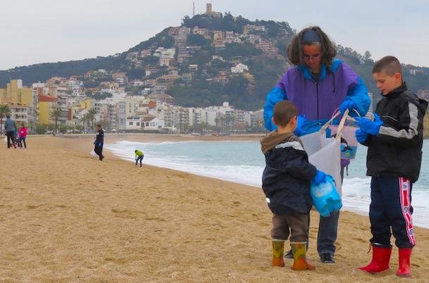 Un grup de voluntaris va netejar la platja de s abanell i - Plastics blanes ...