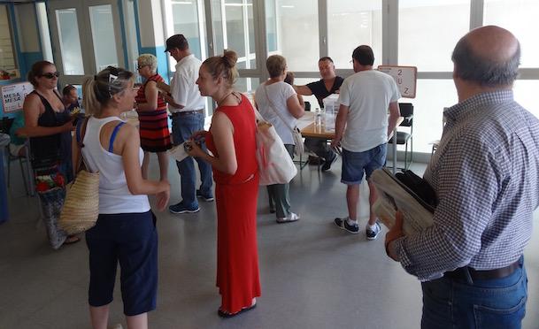 Imagen de la votación ayer, en el colegio Mossen Joan Batlle, en Ca la Guidó