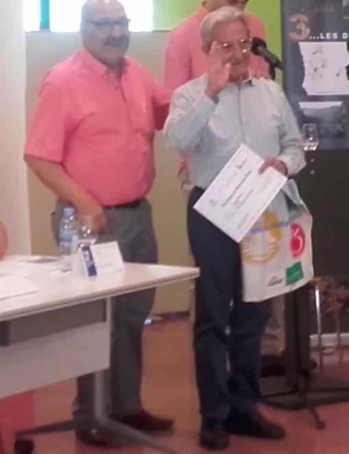 Joan Adell, en el moment de rebre el diploma del premi literari