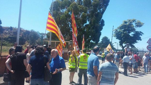 Grup de treballadors de Nylstar i sindicalistes davant l'entrada de l'empresa Nylstar, aquest matí / ERC de Blanes